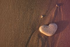 Coeur de pierre sur le Pebble Beach Concept d'amour Fond de Valentines photo libre de droits