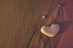 Coeur de pierre sur le Pebble Beach Concept d'amour Fond de Valentines Photo libre de droits