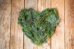 Coeur de pin sur le bois Photographie stock
