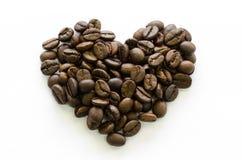 Coeur de plan rapproché fait de grains de café, café d'amour, café aimé Images stock