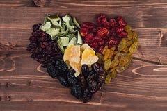Coeur de plan rapproché sec de fruits sur le fond en bois brun Image libre de droits