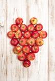 Coeur de pommes au-dessus de fond en bois Concept d'amour Photo libre de droits