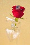 Coeur de rose et en verre de rouge Photo libre de droits