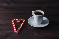 Coeur de roses, de petits gâteaux et de sucrerie de canne de jour du ` s de Valentine autour Photo libre de droits