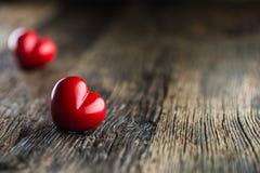 Coeur de rouge de Valentines Un coeur de deux rouges sur la table en bois mariage Image stock