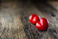 Coeur de rouge de Valentines Un coeur de deux rouges sur la table en bois mariage Photographie stock libre de droits