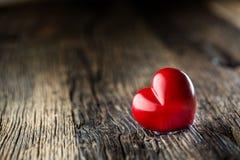 Coeur de rouge de Valentines Un coeur de deux rouges sur la table en bois mariage Photos stock