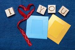 Coeur de ruban, inscription d'amour sur les cubes en bois, cadre de photo et Photographie stock