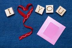 Coeur de ruban, inscription d'amour sur les cubes en bois, cadre de photo et Photos stock