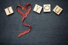 Coeur de ruban, inscription d'amour sur les cubes en bois et espace pour le tex Image libre de droits