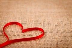 Coeur de ruban sur la toile de jute Photographie stock libre de droits