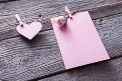 Coeur de Saint Valentin, de carte et de papier sur le fond en bois Photos libres de droits