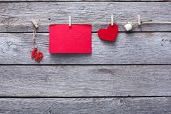 Coeur de Saint Valentin et de papier et carte sur le fond en bois Photo libre de droits