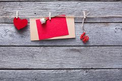 Coeur de Saint Valentin et de papier et carte sur le fond en bois Photos libres de droits
