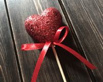 Coeur de scintillement avec le ruban rouge Images stock