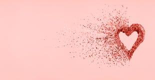 Coeur de scintillement se dissolvant dans des morceaux sur le fond rose Jour de valentines, coeur brisé et concept d'émergence d' photographie stock