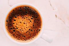 Coeur de signe dans la tasse de café Photos stock