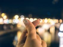 Coeur de signe de doigt mini sur le bokeh brouillé Photo stock
