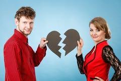 Coeur de sourire de fixation de couples Photographie stock