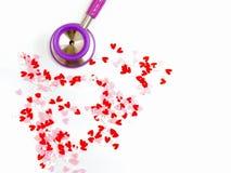 coeur de stéthoscope et de confettis Photographie stock