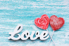 Coeur de sucrerie avec AMOUR des textes 3D sur conseils en bois Photos stock