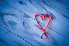 Coeur de sucrerie d'amour sur le bleu Photos libres de droits
