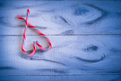 Coeur de sucrerie d'amour sur le bleu Image stock