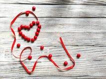 Coeur de sucrerie rouge et de ruban rouge de satin Photographie stock