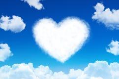 Coeur de symbole de nuages de l'amour sur le ciel bleu Photo libre de droits