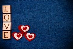 Coeur de textile, AMOUR d'inscription sur les cubes en bois et espace pour le texte Photos libres de droits
