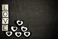 Coeur de textile, AMOUR d'inscription sur les cubes en bois et espace pour le texte Thème romantique d'amour sur le fond de jeans Images stock