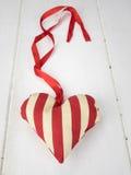 Coeur de textile avec le ruban rouge Photos stock