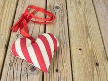 Coeur de textile avec le ruban rouge Photo stock