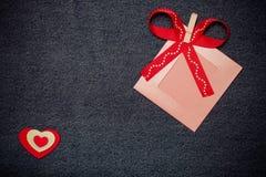 Coeur de textile, ruban et cadre rose de photo Thème romantique d'amour Image stock