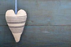 Coeur de textile sur le fond des vieux murs en bois Photos libres de droits