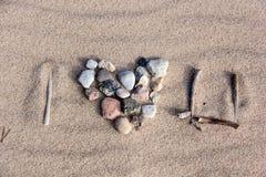 Coeur de texture de sable de mer de pierres Photographie stock libre de droits