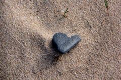 Coeur de texture de sable de mer de pierres Images stock