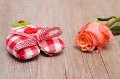 Coeur de tissu avec la fleur d'une rose Image libre de droits