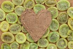 Coeur de toile de jute, mensonges sur un fond de kiwi sec Photographie stock