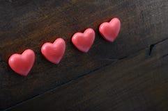 Coeur de trois rouges sur le fond en bois Image libre de droits