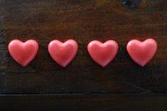 Coeur de trois rouges sur le fond en bois Photo stock