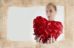 Coeur de Valentine Day Beautiful Woman Give de vacances Photo stock