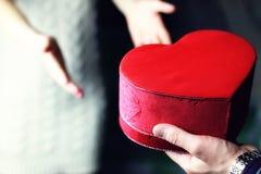 Coeur de valentine de main de couples Photographie stock libre de droits