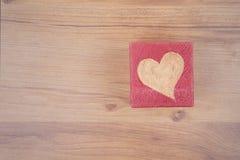 Coeur de Valentine pour l'amour sur le plancher en bois Images stock