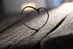Coeur de Valentine sur la table - carte d'amour ou de mariage Images stock