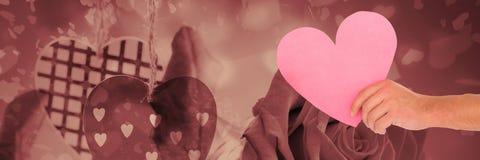 Coeur de valentines à disposition avec le fond de coeurs d'amour Photographie stock