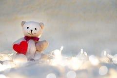 Coeur de valentines d'étreinte de poupée d'ours Photos libres de droits