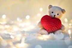 Coeur de valentines d'étreinte de poupée d'ours Photographie stock libre de droits