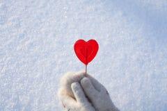 Coeur de Valentines du bonbon un fait de sucre avec l'effet de réflexion sur la neige image stock