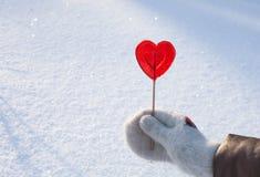 Coeur de Valentines du bonbon un fait de sucre avec l'effet de réflexion sur la neige photographie stock